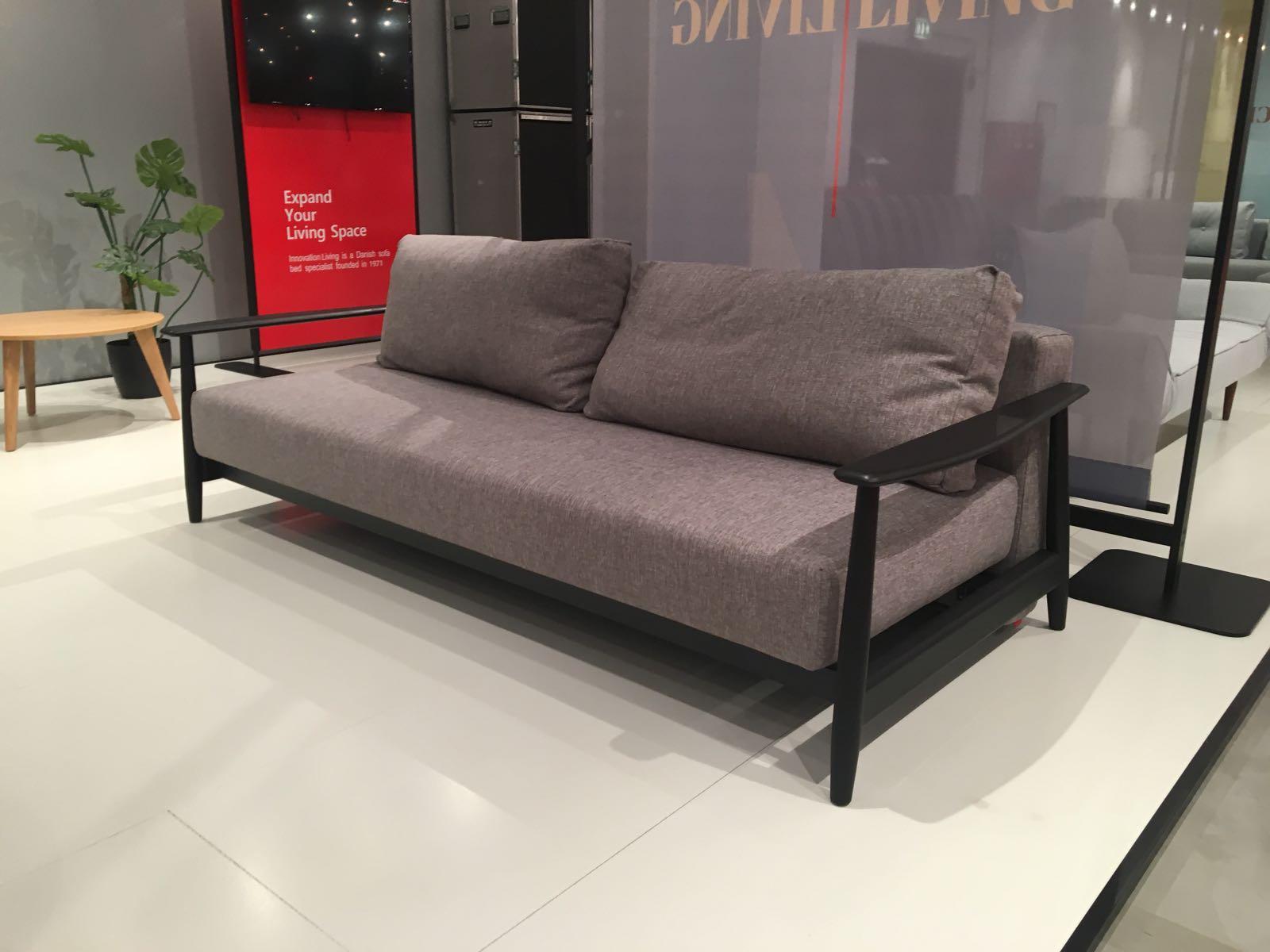 Slaapbank Design Outlet.Eluma Sleek Zitbank Slaapbank In Grijs 521 Met Blank Eikenhouten Armleuningen Showmodel